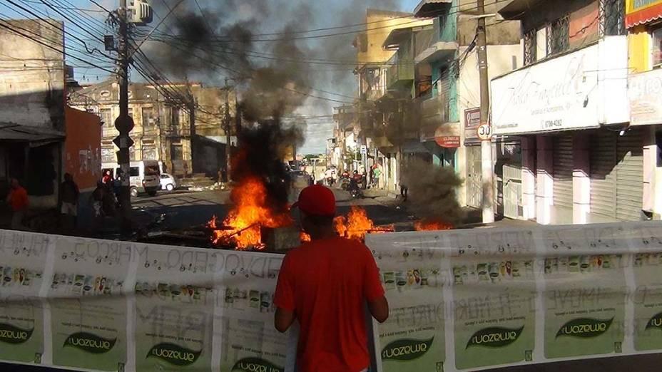 Moradores de Salvador protestam pela falta de ônibus, que pararam de circular por falta de segurança