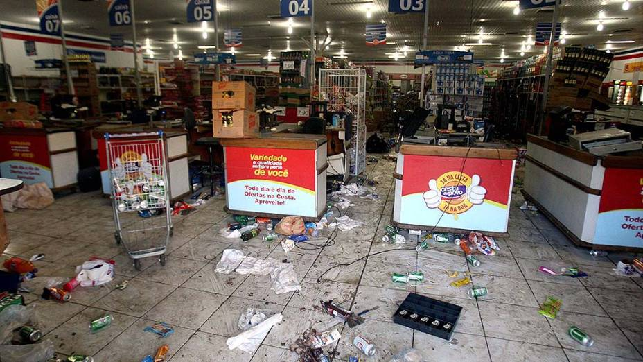 Lojas e supermercados foram saqueados em Salvador na primeira noite de paralisação da PM