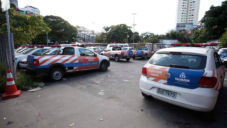 Veículos da Transalvador parados nesta quarta-feira (16). Os ônibus do sistema de transporte público chegaram a parar de circular mais cedo na capital baiana por causa da greve de policiais e bombeiros militares