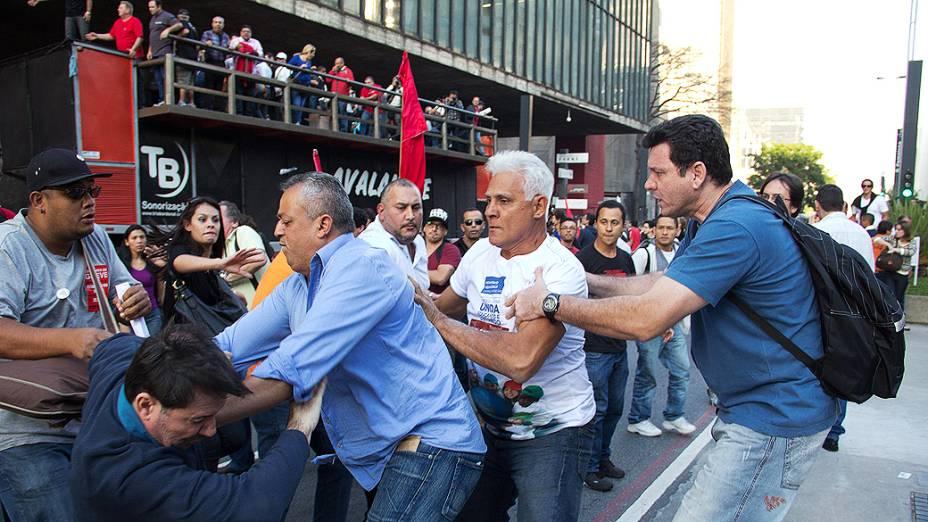 Professores da rede estadual, com a participação de alunos, realizam uma assembléia para discutir o futuro da greve dos professores, no vão livre do MASP, na avenida Paulista, em São Paulo