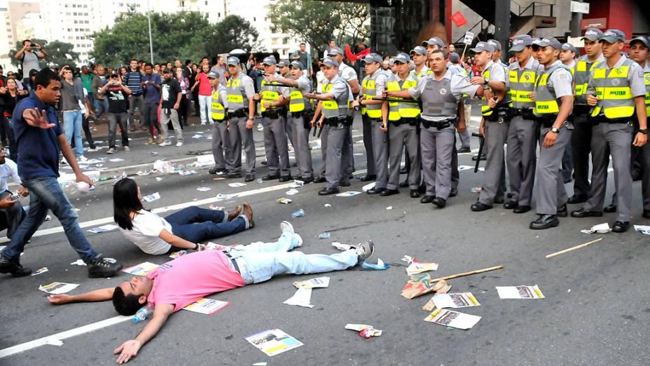 <br><br>  Confusão e pancadaria entre policiais, alunos e professores em greve, durante protesto na Avenida Paulista em São Paulo, nesta sexta-feira (10)