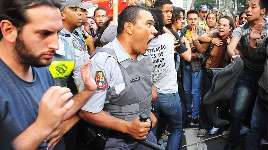 Confusão e pancadaria entre policiais, alunos e professores em greve, durante protesto na Avenida Paulista em São Paulo, nesta sexta-feira (10)