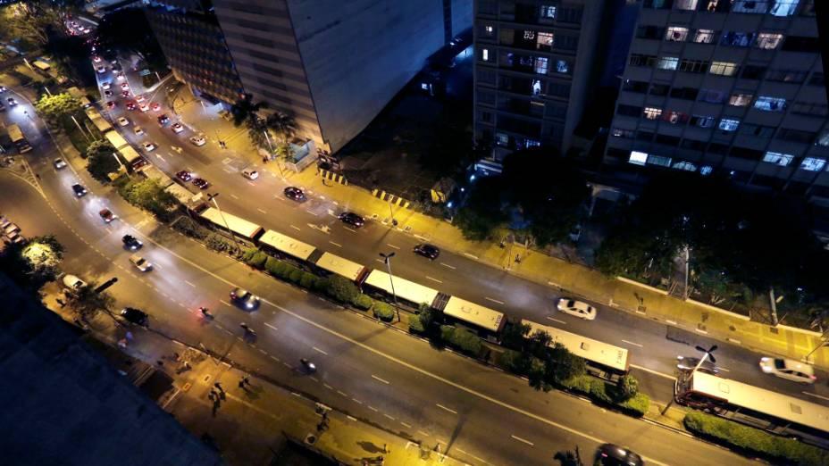 Ônibus parados na avenida Nove de Julho, na entrada do Terminal Bandeira, durante a greve dos motoristas de São Paulo