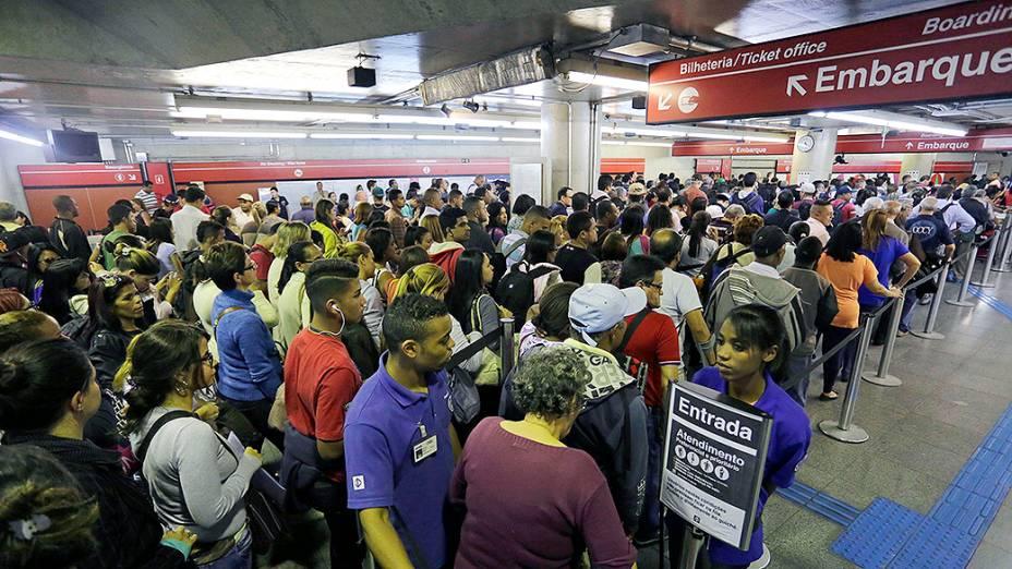 Passageiros lotam a Estação Anhangabaú do metrô, durante a greve dos motoristas de ônibus de São Paulo
