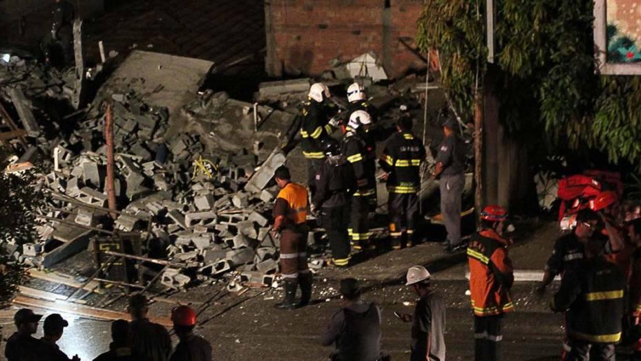 Mais de 20 equipes do Corpo de Bombeiros de Guarulhos, Suzano e Mogi das Cruzes foram acionadas para buscarem por pssíveis sobreviventes