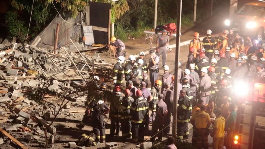 Mais de 20 equipes do Corpo de Bombeiros de Guarulhos, Suzano e Mogi das Cruzes foram acionadas para buscar possíveis vítimas do desabamento
