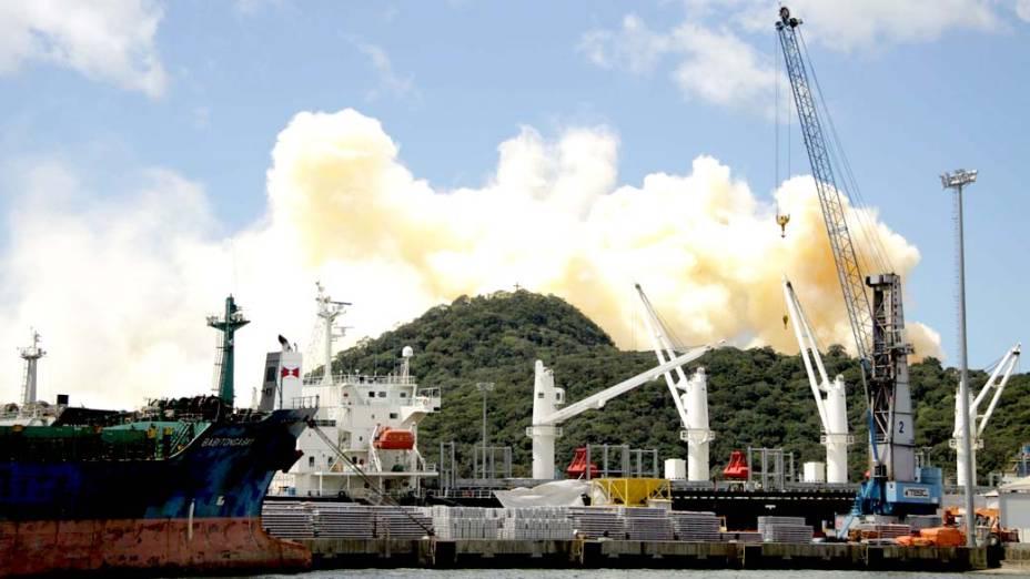Incêndio em um depósito de fertilizante à base de nitrato de amônio criou coluna de fumaça que se espalha pela cidade