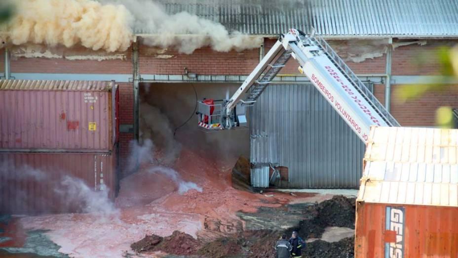 Incêndio começou na noite desta terça-feira e só foi controlado na tarde desta quarta