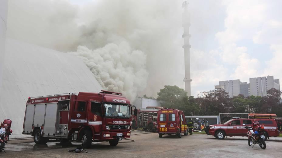 Incêndio atinge o auditório Simon Bolívar no Memorial da América Latina, no bairro da Barra Funda, região oste da capital paulista, na tarde desta sexta-feira (29)