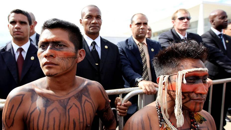 Os índios querem ser recebidos pela presidente Dilma e exigem a paralisação das obras da usina de Belo Monte no Pará