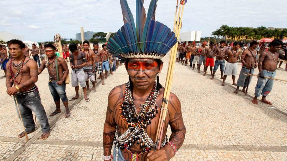 Índios mundurukus fazem fila para tentar invadir o Palácio do Planalto