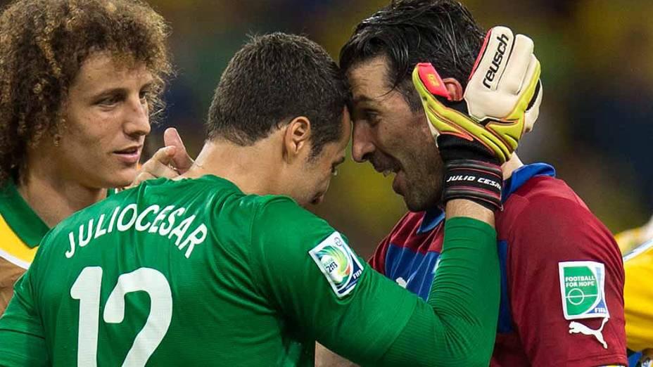 Os goleiro da Itália Giancarlo Buffon e o goleiro brasileiro Júlio César durante jogo pela Copa das Confederações no Brasil