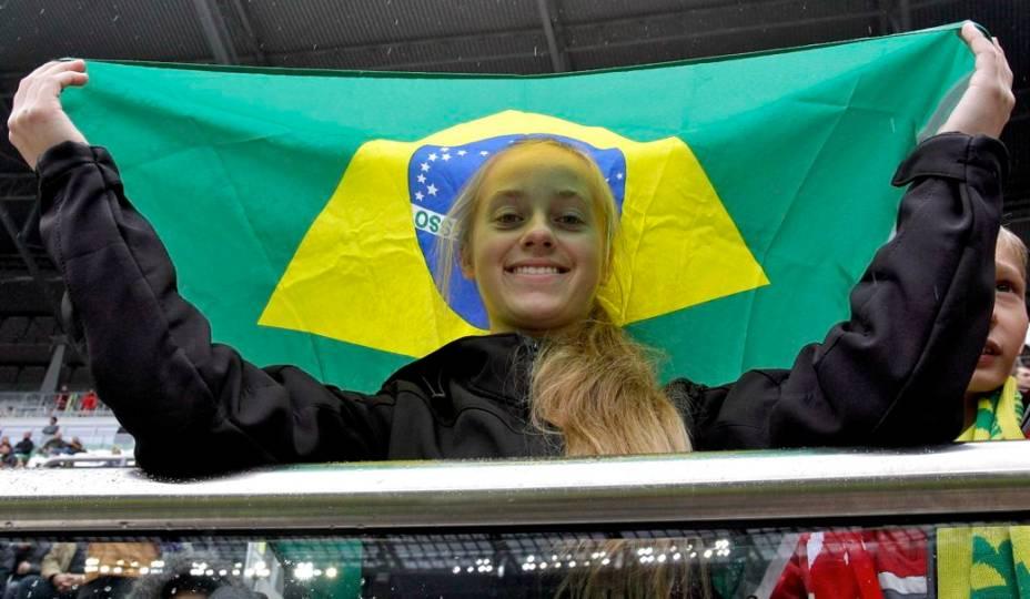 Torcedora polonesa com bandeira do Brasil no amistoso contra o Japão