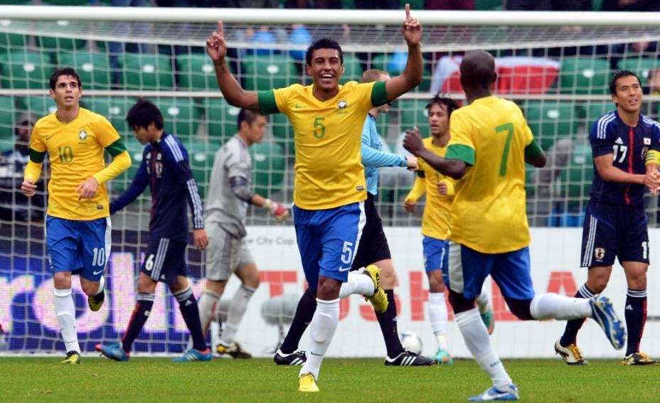 Paulinho comemora seu gol no amistoso Brasil x Japão