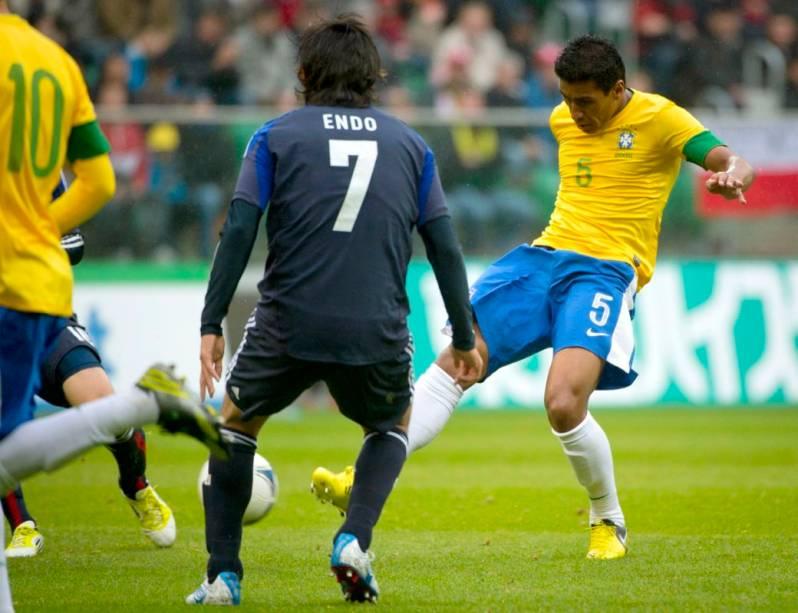 Paulinho bate forte para abrir o placar no jogo entre Brasil e Japão