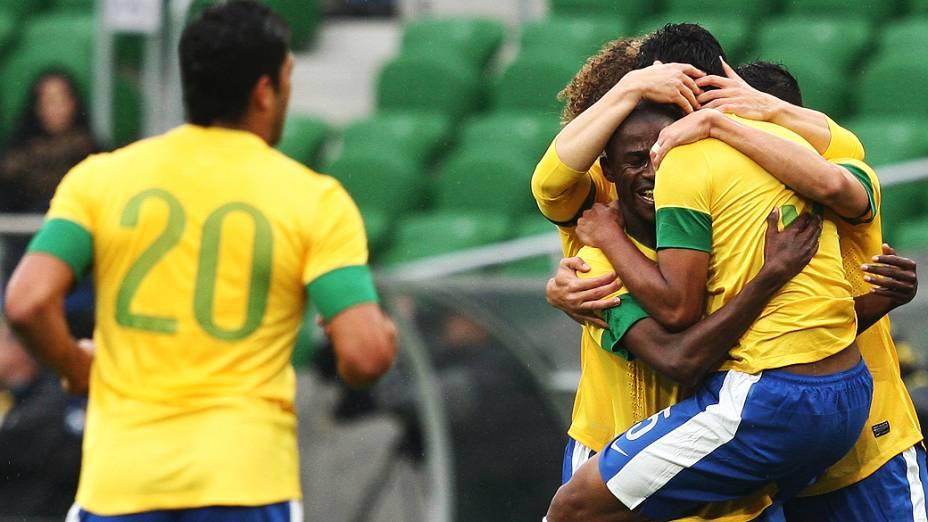Jogadores comemoram gol do Paulinho durante o jogo do Brasil com o japão na Polônia