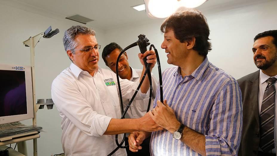 O prefeito de São Paulo Fernando Haddad e o ex-ministro da Saúde, Alexandre Padilha, em visita às novas instalações da Rede Hora Certa, no bairro da Lapa, na zona oeste