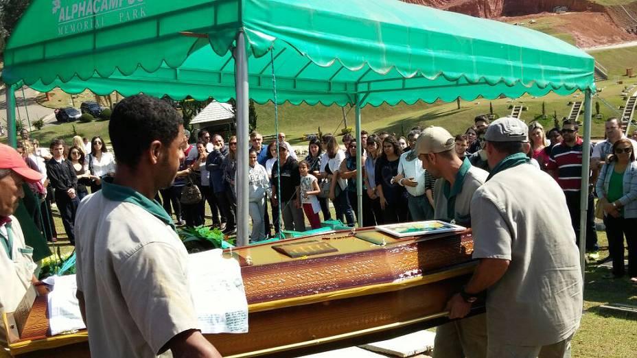 Estudante Victor Hugo Santos, encontrado morto na raia olímpica da USP é enterrado no Cemitério Alphacampus, em Jandira, na Grande São Paulo - 24/09/2014