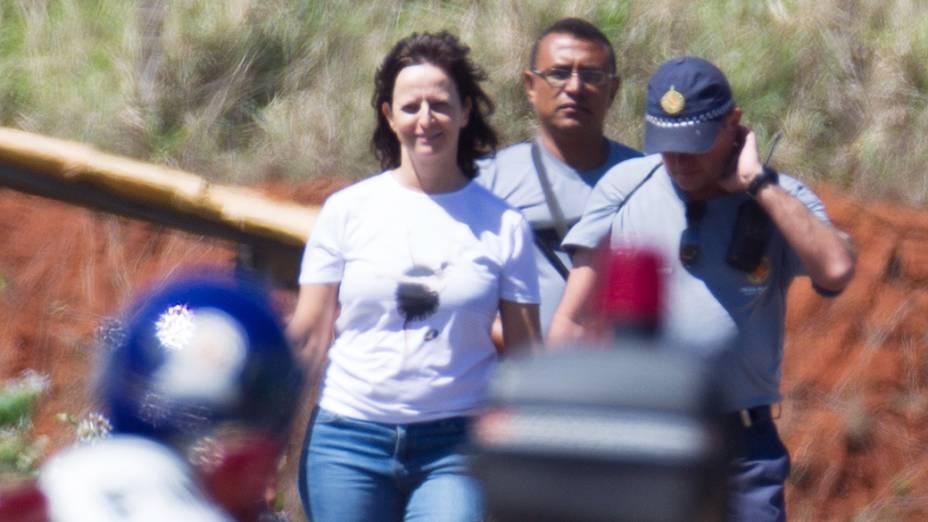 A ex-presidente do Banco Rural, Katia Rabelo, escoltada por policiais militares, passeia durante banho de sol no Complexo Penitenciario da Papuda
