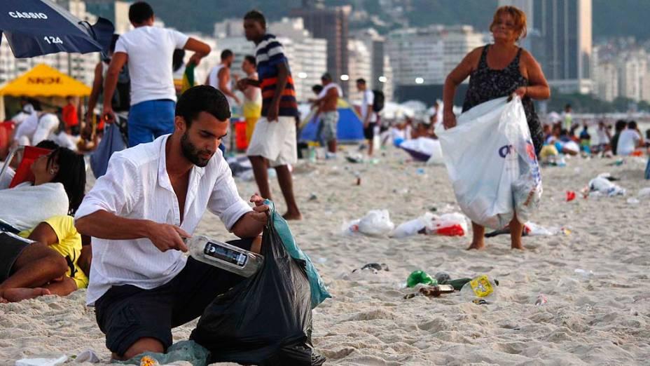Equipes da Comlurb fazem a limpeza da orla de Copacabana, no Rio de Janeiro, na manhã desta quarta-feira (1), após a festa de Réveillon
