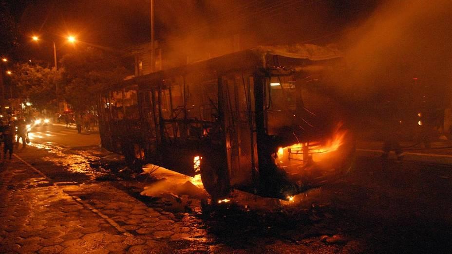 Ônibus incendiado no bairro do João Paulo, em São Luís (MA) na noite da sexta-feira (03)