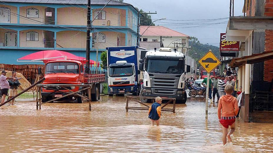 Imagem cedida pela prefeitura de Santa Maria de Jetibá, no Espírito Santo, mostra moradores caminhando por ruas alagadas em consequência das fortes chuvas que atingem o estado