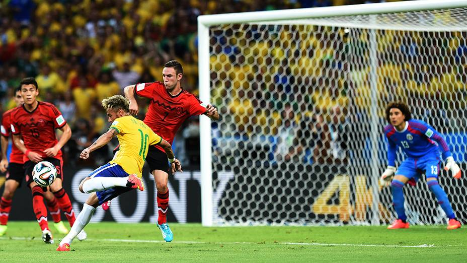 Neymar chuta a bola contra o gol do México no Castelão, em Fortaleza