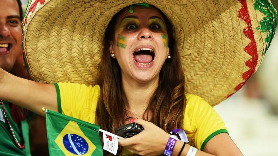 Torcedora do Brasil durante o jogo contra o México em Fortaleza