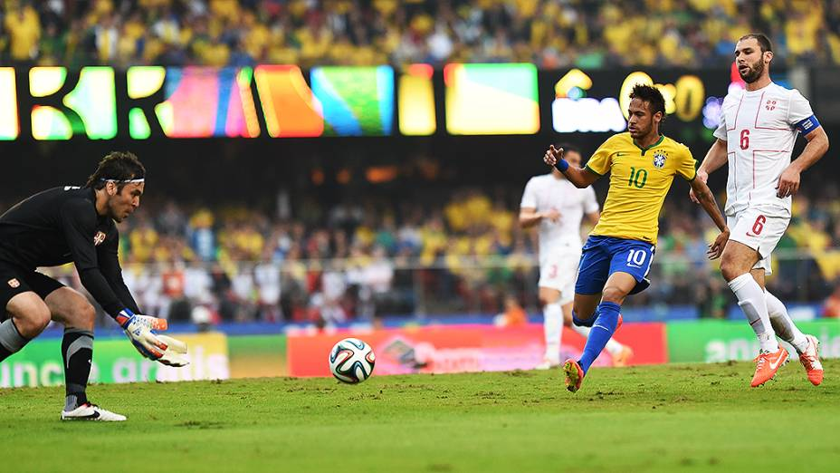 Goleiro da Sérvia se prepara para pegar chute do Brasil
