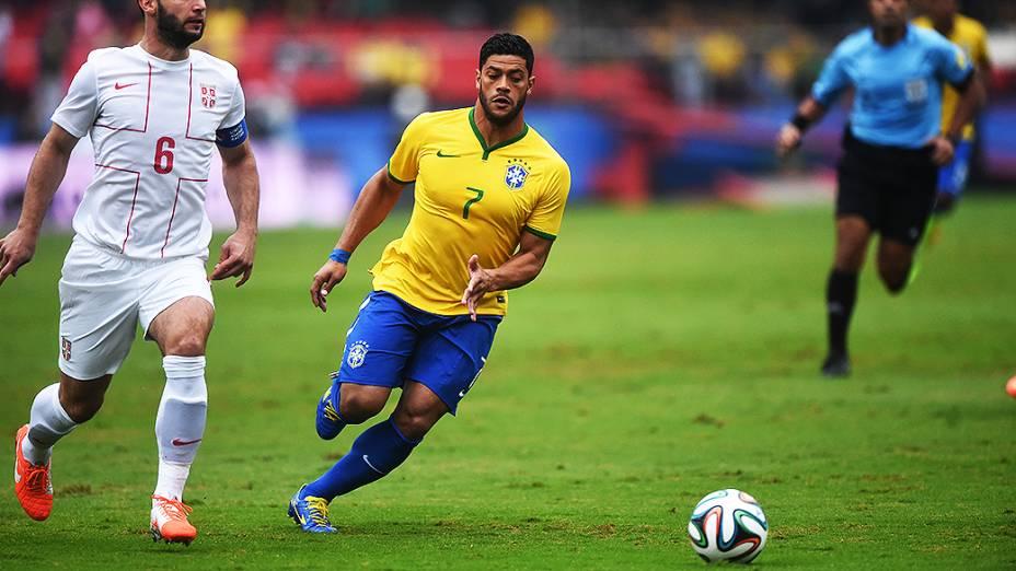 Hulk disputa a bola com um jogador da Sérvia, durante amistoso em São Paulo