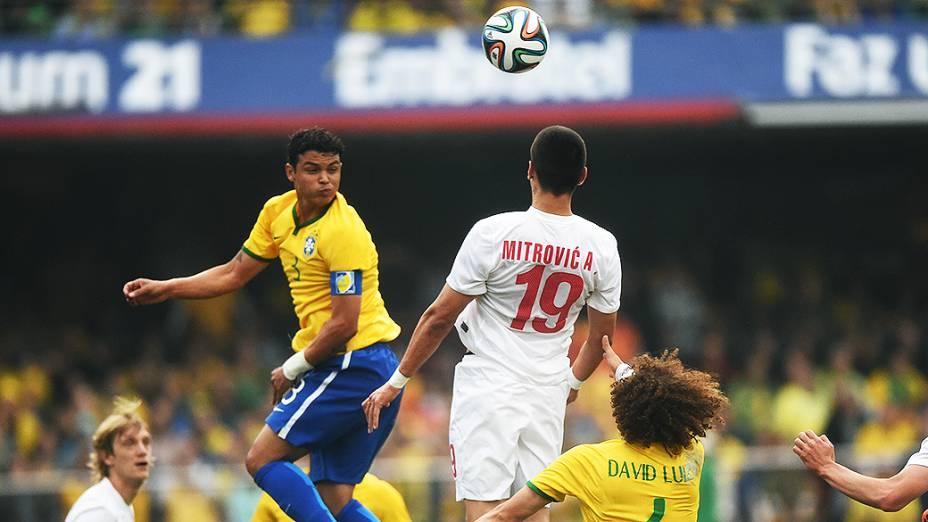 Thiago Silva cabeceia para o gol durante amistoso contra a Sévia, em São Paulo