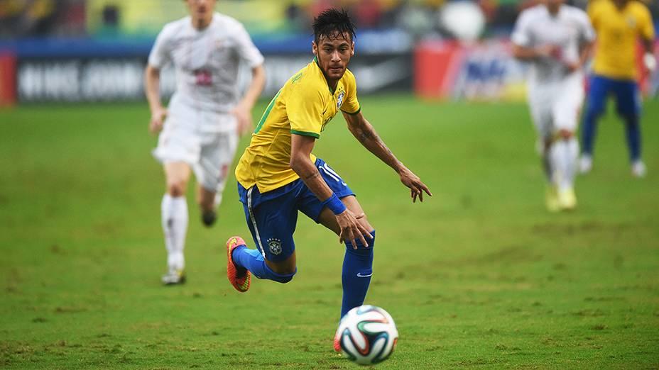 Neymar se prepara para chutar contra o gol da Sérvia no amistoso no estádio do Morumbi, em São Paulo