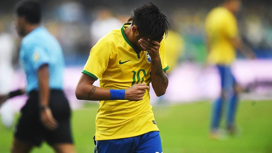 Neymar lamenta gol perdido no amistoso contra a Sérvia, em São Paulo
