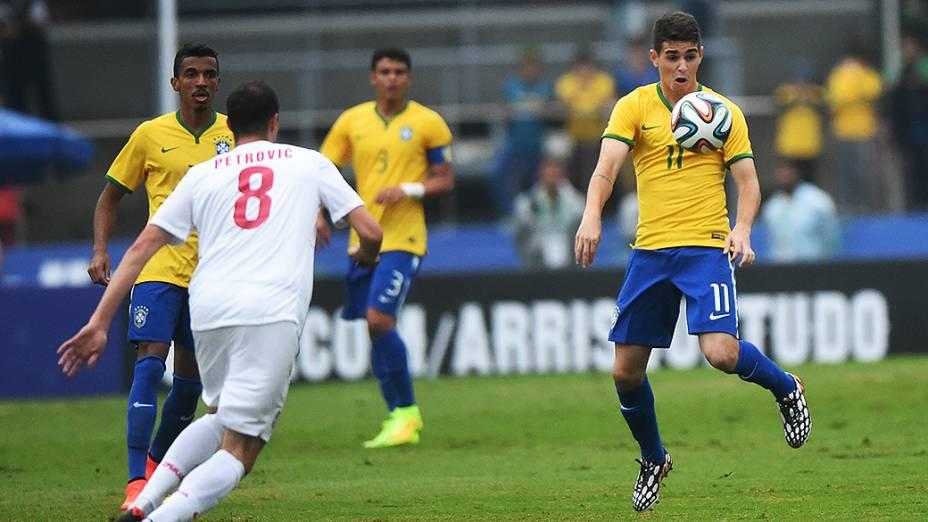 Oscar domina a bola no peito no amistoso contra a Sérvia, em São Paulo
