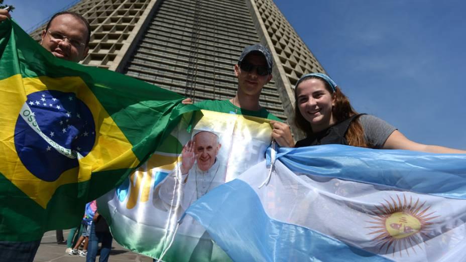 Fiéis com as bandeiras do Brasil e da Argentina aguardam a chegada do papa Francisco no Rio de Janeiro