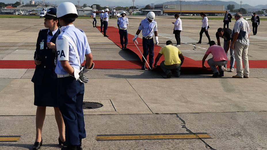 Tapete vermelho é desdobrado na pista doAeroporto Internacional do Rio de Janeiro antes da chegada do papa Francisco