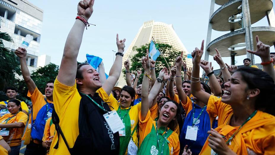 Fiéis aguardam a chegada do papa Francisco para a Jornada Mundial da Juventude, no Rio de Janeiro