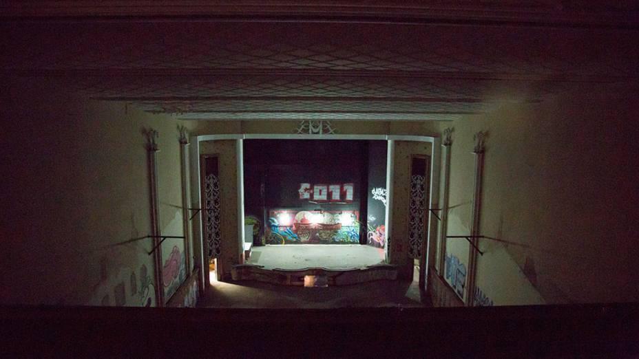 Sala de projeçãodo antigo Cine Marrocos, invadido por integrantes do Movimento sem-teto de São Paulo (MSTS)