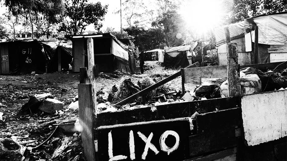 Área destinada ao lixo no acampamento Nova Palestina