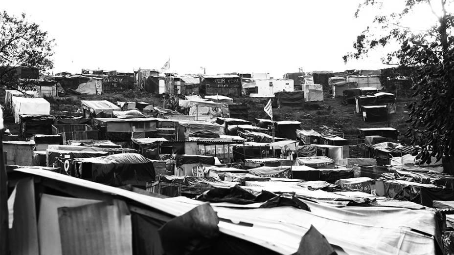 Barracos cobrem a paisagem do terreno invadido na Zona Sul; local é considerado área de mananciais
