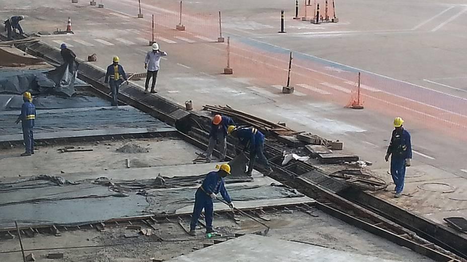 Operários trabalham ao lado da pista de pouso do Aeroporto Internacional Marechal Rondon (MT)