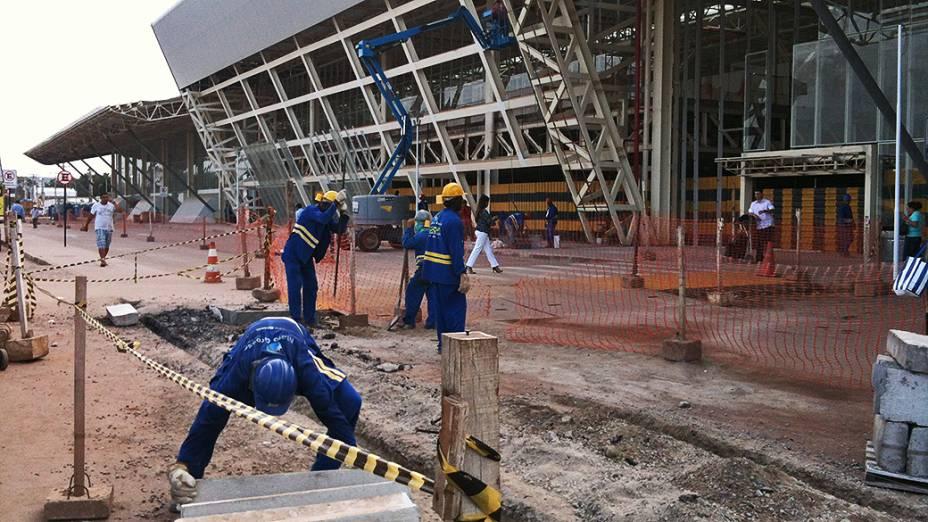 Operários trabalham no calçamento da entrada do Aeroporto Internacional Marechal Rondon em Cuiabá (MT)