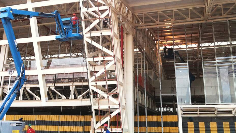 Operários trabalham na expansão do Aeroporto Iternacional Marechal Rondon em Cuiabá (MT)