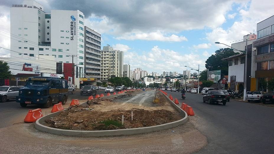 Canteiro de obras paradas do VLT de Cuiabá na avenida do CPA