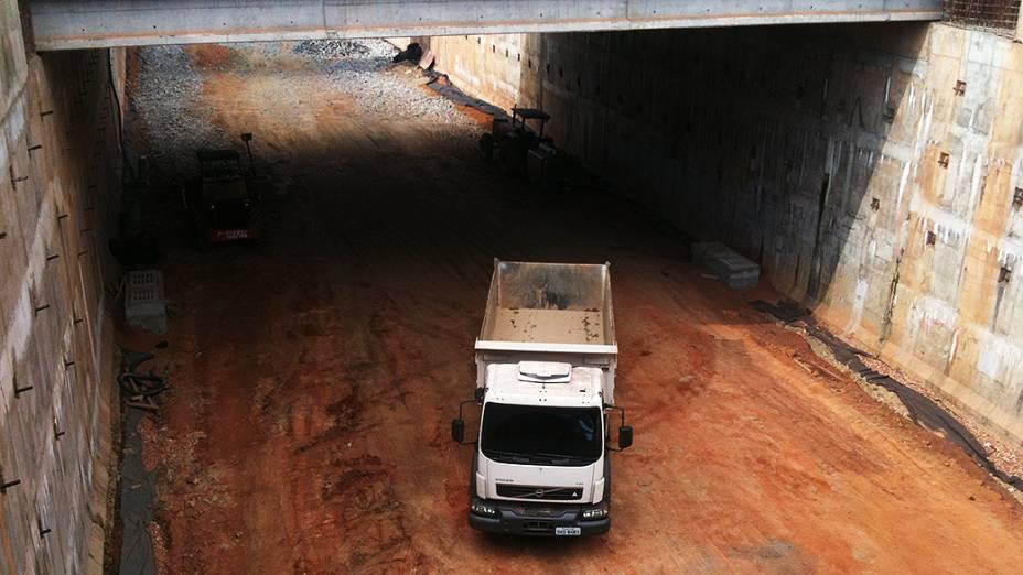Construção da trincheira Santa Rosa em frente ao hotel onde ficará hospedada a comitiva da Fifa em Cuiabá (MT)