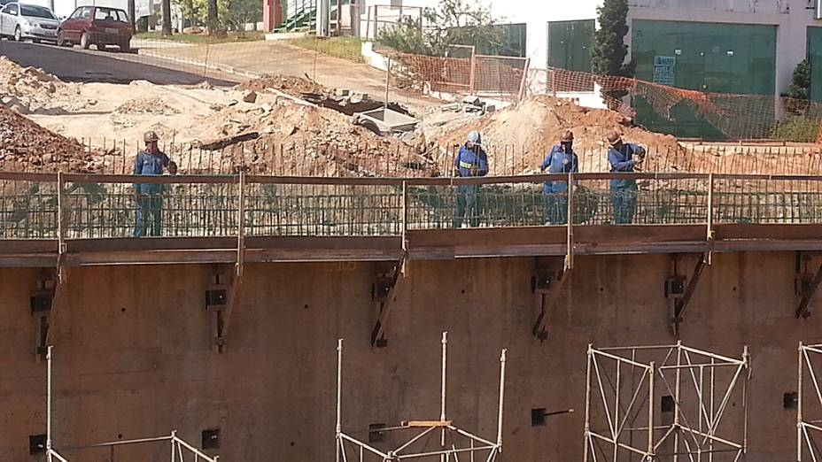 Acabamento nas paredes da trincheira Jurumirim, na avenida Miguel Sutil, em Cuiabá (MT)