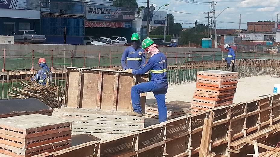 Operários trabalham em placas estruturais da trincheira Jurumirim, em Cuiabá (MT)
