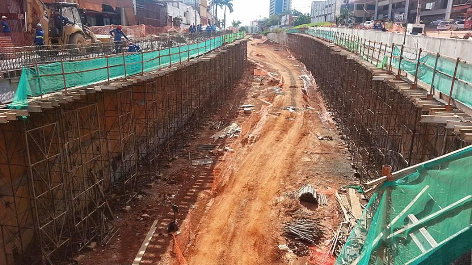 Leito em fase de terraplanagem na trincheira Jurumirim, que já deveria dar acesso a avenida Miguel Sutil, em Cuiabá (MT)