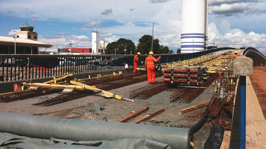 Operários aceleram instalação de trilhos do VLT na frente do Aeroporto Internacional Marechal Rondon, em Cuiabá (MT)