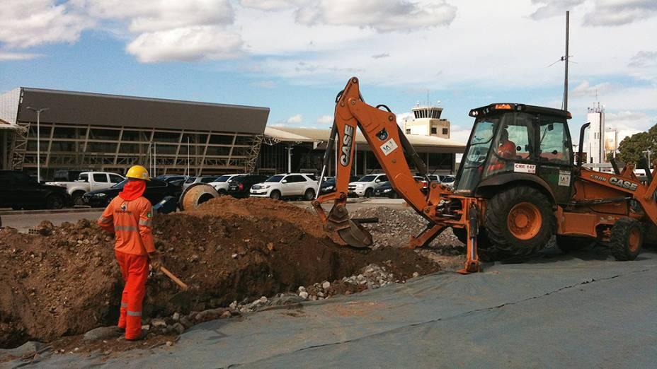 Obras do VLT em frente ao Aeroporto Internacional Marechal Rondon, em Cuiabá (MT)
